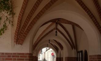 Gardelegen: Rathaus mit vielen bewohnten Schwalbennestern