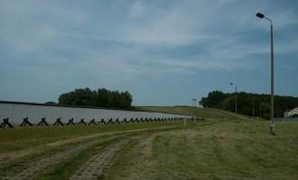 Grenzdenkmal Hötensleben mit Kolonnenweg und Grenzmauer