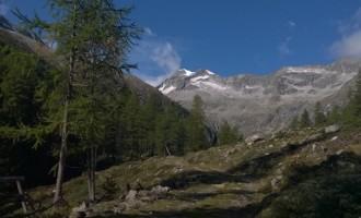 stahlblauer Himmer mit Blick auf den Hochgall