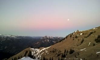 Der Mond kämpft noch mit der Sonne