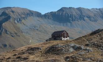 die Neue Fürther Hütte im Mittagslicht