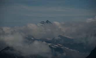 der Großglockner streckt sich über die Wolken hinaus