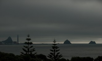 Paritutu Peak links, Sugarloaf Islands rechts von Fitzroy Beach aus