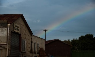Regenbogen über Eketahuna, der Vorbote von nächtlichem Regen