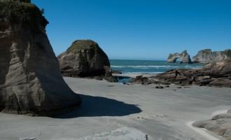 die Archway Islands beherrschen den Wharariki Beach