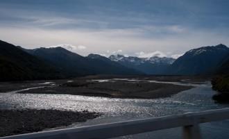 der Waimakariri River schlängelt sich talbreit dahin