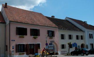intaktes ortsbild in stadtschlaining: grosse innerhöfe, hohe gewölbesäle...
