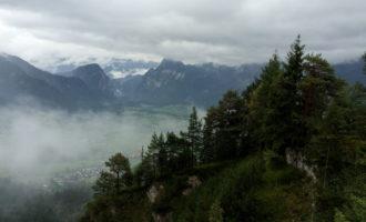 Rundblick von der kleinen Schutzhütte am Dörfelstein Richtung Weng.
