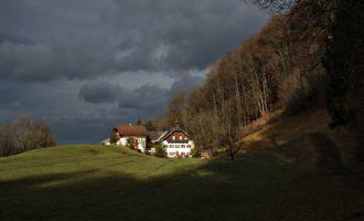 Regenstimmung nach Weihnachten über dem Archstein-Hof in Elsbethen