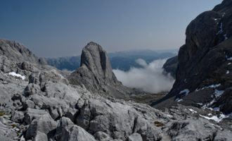 Die Torsäule ragt wie das Matterhorn aus dem Steinmeer heraus