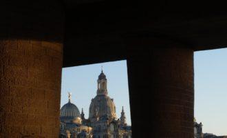 Die Frauenkirche beherrscht die Kulisse (unter der Carolabrücke)