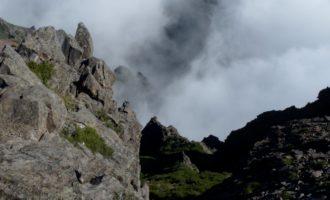 Blick nach Norden in eine wolkenverhangene Schlucht