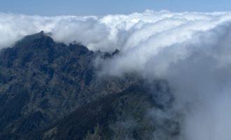 am höchsten Berg Madeiras, dem Pico Ruivo de Santana (1862 m): die Wolken bleiben meist auf der Nordseite der Bergkette