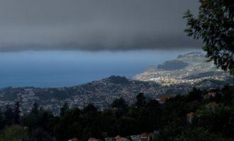 die obligate Wolke drückt von Norden auf Funchal, aber es regnet nicht