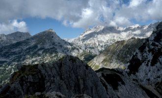 mittig die kleineren Gipfel namens Draski Vrh vor dem Triglav-Massiv im Hintergrund
