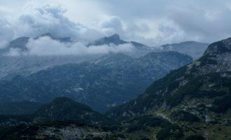 fünf Gehstunden entfernt ragt der Krn über die Wolken