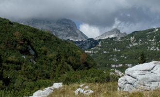 Blick über das Rupa-Tal zur Velika Crnelska Spica (dort ist die Grenze zwischen Slowenien und Italien)